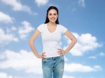 Mujer joven o adolescente feliz en la camiseta blanca Foto de archivo libre de regalías