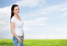 Mujer joven o adolescente feliz en la camiseta blanca Imágenes de archivo libres de regalías
