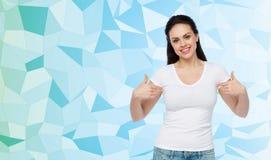 Mujer joven o adolescente feliz en la camiseta blanca Imagen de archivo libre de regalías
