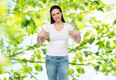 Mujer joven o adolescente feliz en la camiseta blanca Fotos de archivo libres de regalías