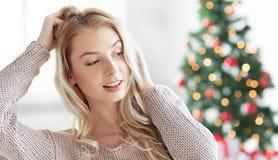 Mujer joven o adolescente feliz en la Navidad Foto de archivo