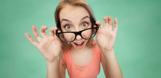 Mujer joven o adolescente feliz en lentes Foto de archivo