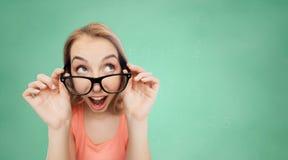 Mujer joven o adolescente feliz en lentes Imagen de archivo libre de regalías