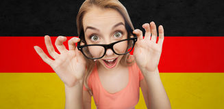 Mujer joven o adolescente feliz en lentes Fotos de archivo libres de regalías