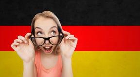 Mujer joven o adolescente feliz en lentes Imágenes de archivo libres de regalías