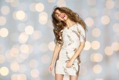 Mujer joven o adolescente feliz en vestido sobre luces Fotografía de archivo