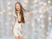 Mujer joven o adolescente feliz en vestido sobre luces Imagenes de archivo