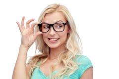 Mujer joven o adolescente feliz en vidrios Fotografía de archivo libre de regalías