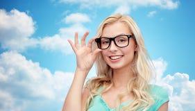 Mujer joven o adolescente feliz en vidrios Imagen de archivo libre de regalías