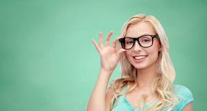 Mujer joven o adolescente feliz en vidrios Fotos de archivo
