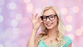 Mujer joven o adolescente feliz en vidrios Fotos de archivo libres de regalías