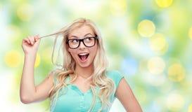 Mujer joven o adolescente feliz en vidrios Imagen de archivo