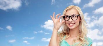 Mujer joven o adolescente feliz en vidrios Imágenes de archivo libres de regalías