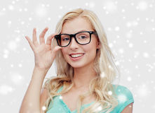 Mujer joven o adolescente feliz en vidrios Foto de archivo libre de regalías