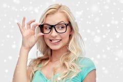 Mujer joven o adolescente feliz en vidrios Imagenes de archivo