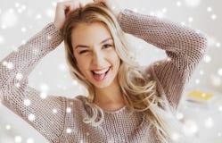 Mujer joven o adolescente feliz que muestra la lengua Imagenes de archivo