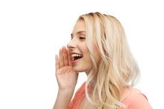 Mujer joven o adolescente que habla con alguien Imagen de archivo