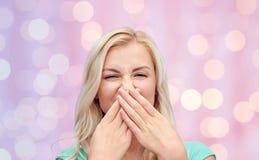 Mujer joven o adolescente que se cierra la nariz imágenes de archivo libres de regalías