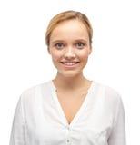 Mujer joven o adolescente sonriente en camisa Imagen de archivo