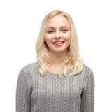 Mujer joven o adolescente sonriente en jersey Imagenes de archivo