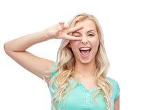 Mujer joven o adolescente sonriente que muestra paz Fotografía de archivo libre de regalías