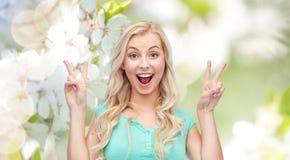 Mujer joven o adolescente sonriente que muestra paz Fotos de archivo