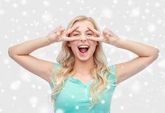 Mujer joven o adolescente sonriente que muestra paz Fotos de archivo libres de regalías