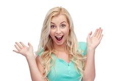 Mujer joven o adolescente sonriente Surprised Imagen de archivo libre de regalías