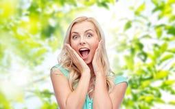 Mujer joven o adolescente sonriente Surprised Imagenes de archivo