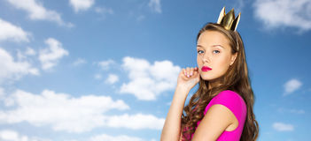 Mujer joven o muchacha adolescente en vestido rosado Imagen de archivo