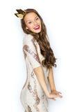 Mujer joven o muchacha feliz en vestido de fiesta y corona Fotografía de archivo libre de regalías