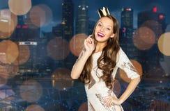 Mujer joven o muchacha feliz en vestido de fiesta y corona Imagenes de archivo