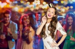 Mujer joven o muchacha feliz en vestido de fiesta y corona Fotos de archivo