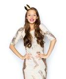 Mujer joven o muchacha feliz en vestido de fiesta y corona Fotografía de archivo
