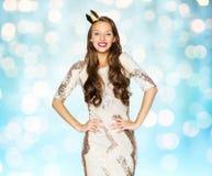 Mujer joven o muchacha feliz en vestido de fiesta y corona Fotos de archivo libres de regalías
