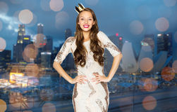 Mujer joven o muchacha feliz en vestido de fiesta y corona Imagen de archivo libre de regalías