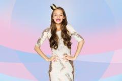 Mujer joven o muchacha feliz en vestido de fiesta y corona Imágenes de archivo libres de regalías