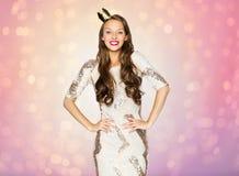 Mujer joven o muchacha feliz en vestido de fiesta y corona Foto de archivo