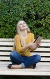 Mujer joven o muchacha sonriente con una tableta al aire libre Imágenes de archivo libres de regalías