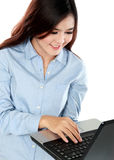 Mujer joven ocupada que trabaja con el ordenador portátil fotografía de archivo libre de regalías