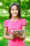 mujer joven Oscuro-cabelluda con el eBook Imagen de archivo