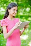 mujer joven Oscuro-haired con el eBook Imagen de archivo