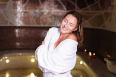 Mujer joven pacífica agradable que siente muy feliz Fotografía de archivo libre de regalías