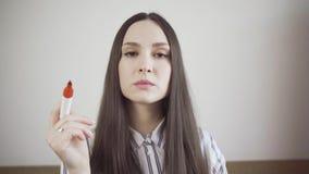 Mujer joven pensativa con el marcador almacen de video