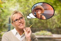 Mujer joven pensativa consigo misma cerca del barco de cruceros en pensamiento Foto de archivo