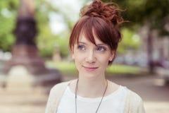 Mujer joven pensativa del pelirrojo Fotos de archivo libres de regalías