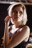 Mujer joven pensativa en el club nocturno Fotos de archivo