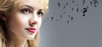 Mujer joven pensativa hermosa, preguntas Fotografía de archivo libre de regalías