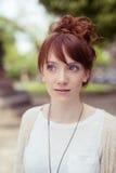 Mujer joven pensativa que mira en distancia Fotos de archivo libres de regalías