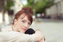 Mujer joven pensativa que mira en la cámara Fotografía de archivo libre de regalías